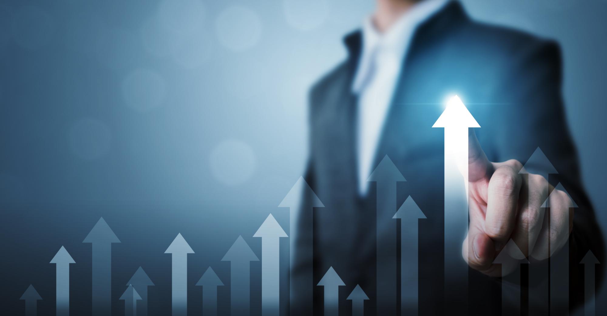 Développement des affaires vers le succès et le concept de croissance croissante. Homme d'affaires pointant la flèche graphique plan de croissance future de l'entreprise