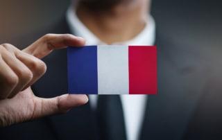 Homme affaires qui tient une carte du drapeau de la france
