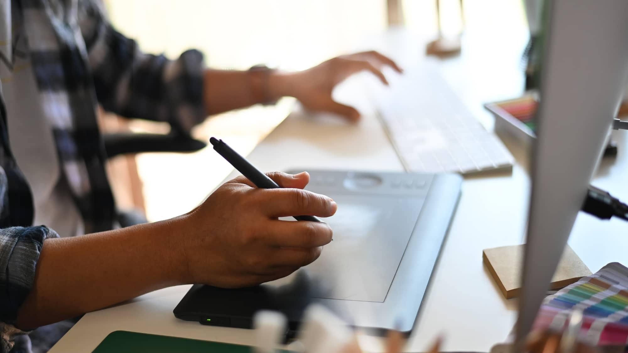 Pigiste masculin professionnel s'appuyant sur une tablette lors d'un nouveau projet