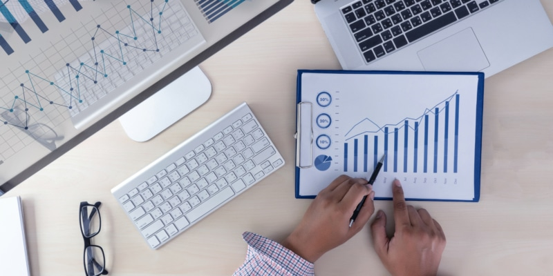 Analyse le travail Comptabilité sur le concept d'investissement pour ordinateur portable.