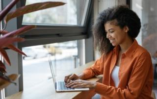 Femme ouvrant son compte pro sur un ordinateur portable